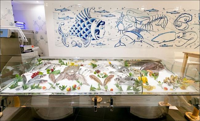 Il banco del pesce foto di pescheria con cottura milano